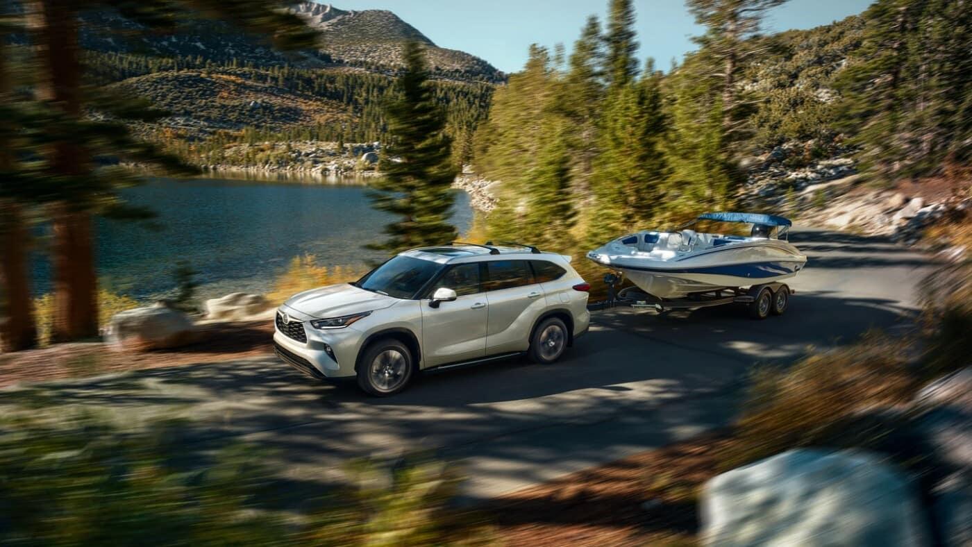 Toyota Highlander Pulling Boat